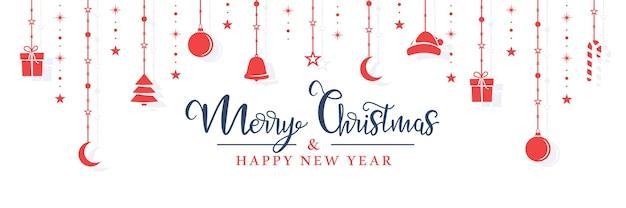 Het rode speelgoed van kerstmis hangt aan een touw op een witte achtergrond.