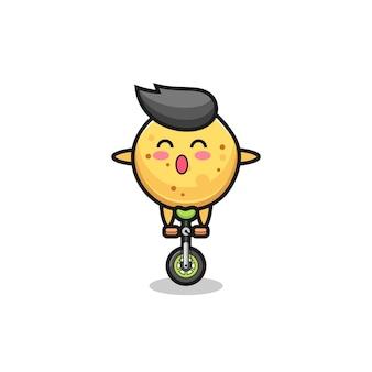 Het schattige aardappelchips-personage rijdt op een circusfiets, schattig ontwerp