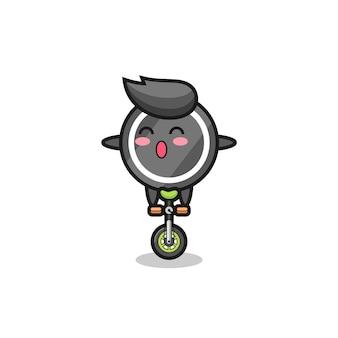Het schattige hockeypuck-personage rijdt op een circusfiets, schattig stijlontwerp voor t-shirt, sticker, logo-element