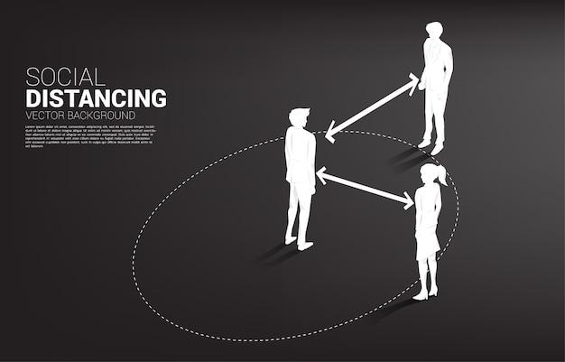 Het silhouet die van zakenman en onderneemster zich met afstand bevinden voor vermijdt virus. concept van sociale afstand en isolatie.
