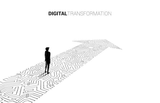 Het silhouet van de zakenman die zich op de pijlpunt bevindt sluit de stijl van de printplaat aan. banner van digitale transformatie van het bedrijfsleven.