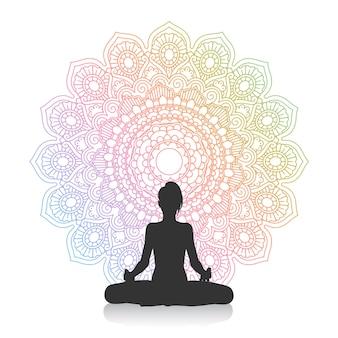 Het silhouet van een wijfje in yoga stelt tegen mandalaontwerp