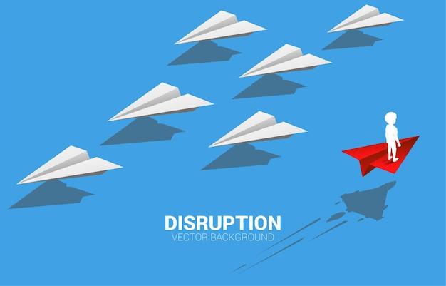 Het silhouet van jongen die zich op rood origamidocument vliegtuig bevindt gaat verschillende manier van groep wit