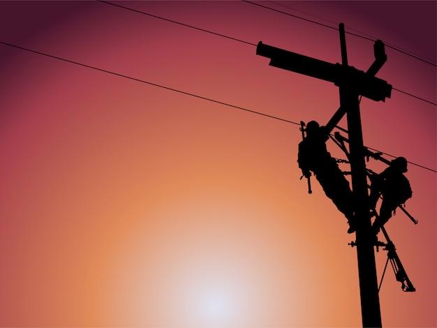 Het silhouet van lineman vervangt beschadigde isolatie-isolatoren door gebruik te maken van geïsoleerde draadtangsets, stropdassteel en gewaaddozensets in glijdende draden die op een veilige werkafstand uitgaan.