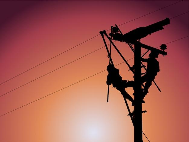 Het silhouet van power lineman gebruikt klemsteelgreep alle soorten om hotline-klemmen te hanteren. te bevestigen aan hanger. wacht om de transformatoren in het distributiesysteem te installeren.