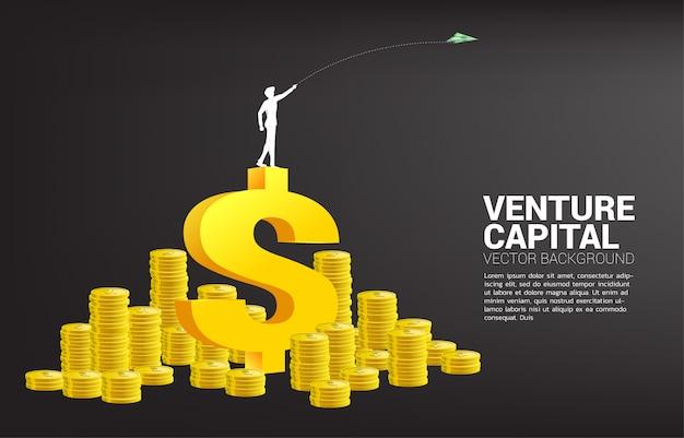 Het silhouet van zakenman gooit de origamidocument van het geldbankbiljet vliegtuig van 3d dollarpictogram met de stapel van het geldmuntstuk. bedrijfsconcept startbedrijf en ondernemer