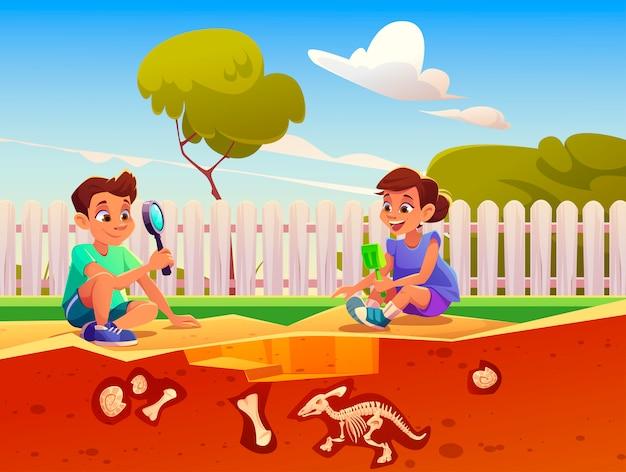 Het spelen van de jongen en van het meisje in spel over fossiele uitgravingsdinosaurussen in zandbak.