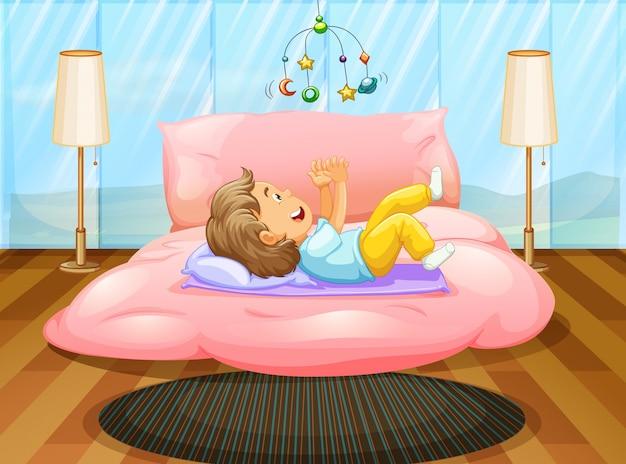 Het spelen van de peuter op het bed