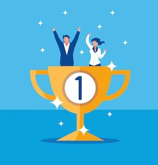 Het succesvolle bedrijfspaar vieren met trofeekop