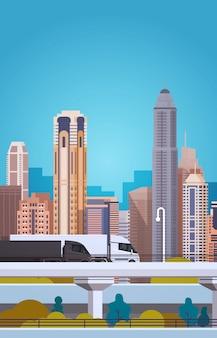 Het vervoer van spooraanhangwagens op weg over het concept van de de ladingslevering van de stads achtergrond