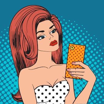 Het verzenden van de telefoon van de het meisjesholding van het kussenpop-art selfie en instagram selfie pop-artmeisje.