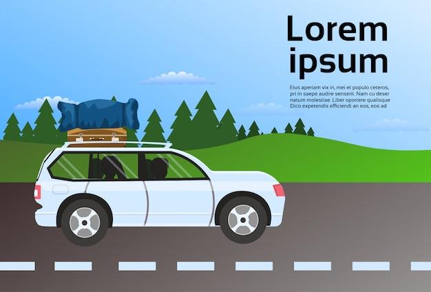 Het voertuig van de familiereis op wegroute met bagagekoffers op dak, de reis van de vakantiedrijving door autoconcept