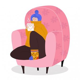 Het vrouwenkarakter die comfortabele leunstoel zitten, drinkt vrouwelijke warme koffiethee op wit, illustratie. winter en herfst stemming.