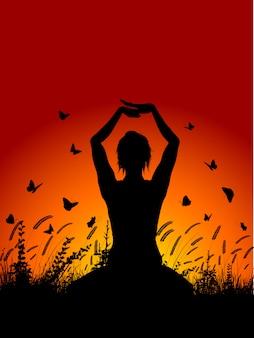 Het wijfje in yoga stelt tegen zonsonderganghemel
