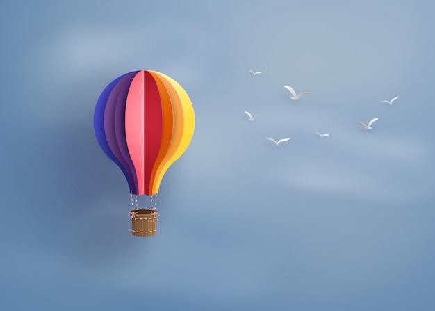 Hete luchtballon en wolk