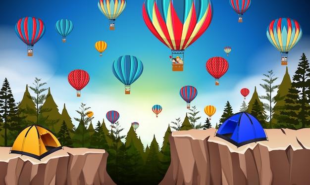 Hete luchtballon in aardlandschap