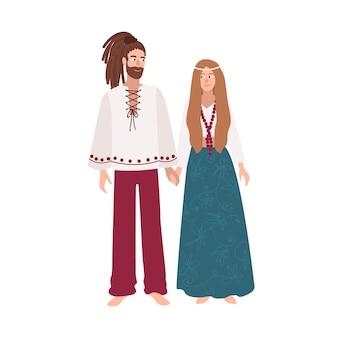 Hippie man en vrouw met lang haar gekleed in losse etnische kleding staan samen en hand in hand. mannelijke en vrouwelijke stripfiguren geïsoleerd op een witte achtergrond. gekleurde illustratie.