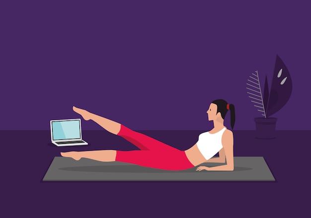 Home fitness training klasse live streaming online. vrouw die opleiding cardio aërobe oefeningen doet die op video's op laptop in de woonkamer thuis letten.