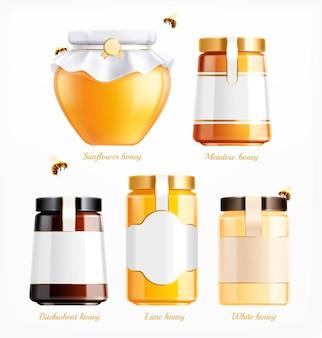 Honingpotten typen realistische set geïsoleerde glazen blikjes met sierlijke tekstbijschriften en illustratie van vliegende bijen