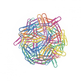 Hoop van kleurrijke paperclips in verschillende kleuren rood, groen, blauw, roze of oranje op wit wordt geïsoleerd