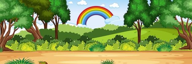 Horizon natuur scène of landschap platteland met uitzicht op het bos en regenboog in lege hemel overdag