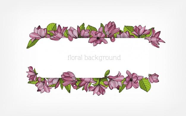 Horizontale achtergrond, rand of frame versierd met prachtige roze bloeiende magnolia bloemen en groene bladeren.