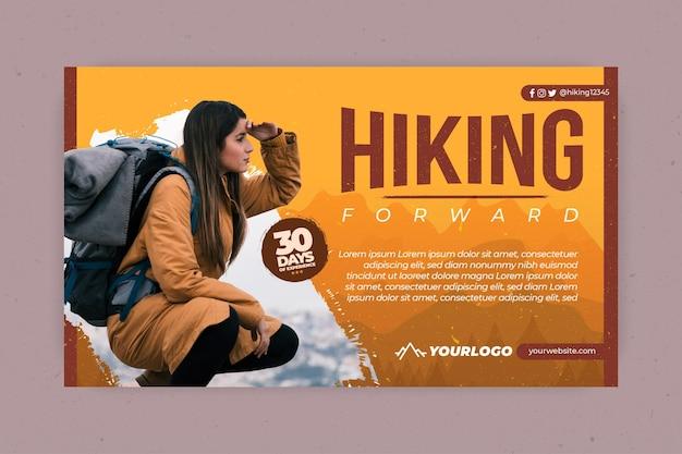 Horizontale banner met vrouwelijke backpacker