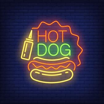 Hotdog-neonreclame. worstbrood, mosterd en stervormig kader op bakstenen muurachtergrond.