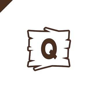 Houten alfabet of doopvontblokken met brief q op houten textuurgebied met overzicht.