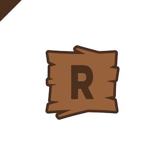 Houten alfabet of doopvontblokken met brief r op houten textuurgebied met overzicht.