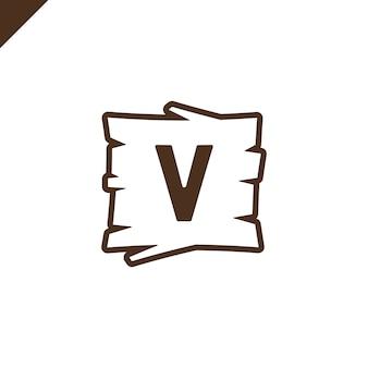 Houten alfabet of doopvontblokken met brief v op houten textuurgebied met overzicht.