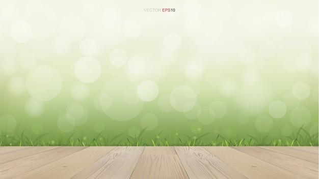 Houten dek in groene natuurlijke omgeving met licht wazig bokeh achtergrond