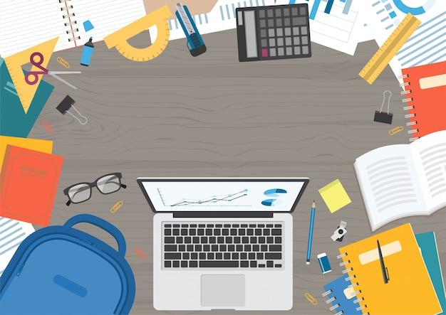 Houten geweven bureau met laptop computer
