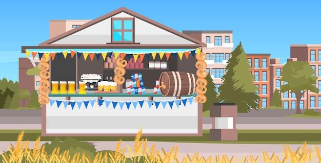 Houten kraam met bier oktoberfeest feestviering openluchtfestival stadsgezicht achtergrond