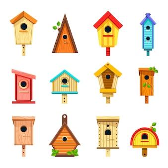 Houten nestkastjes van creatief ontwerp om op boomreeks te hangen