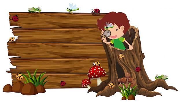Houten plank met jongen en insecten