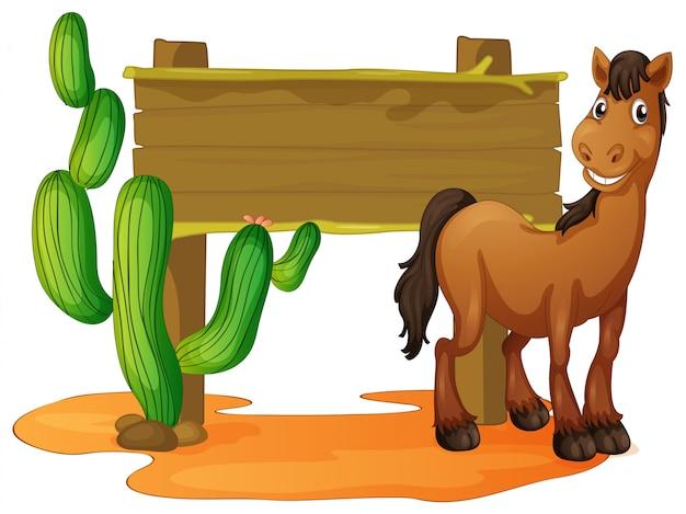 Houten teken en wild paard in woestijn