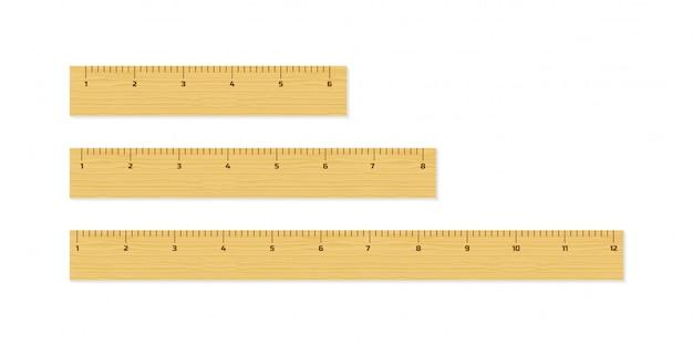 Houten verschillende grootteheersers 6, 8 en 12 duim lang geïsoleerd op witte achtergrond.