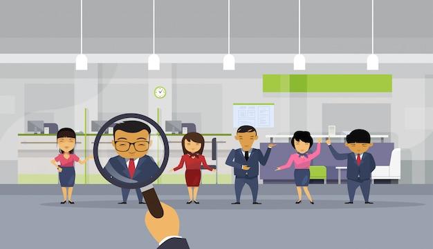 Hr hand hold vergrootglas zakenman kiezen uit aziatische zakenmensen
