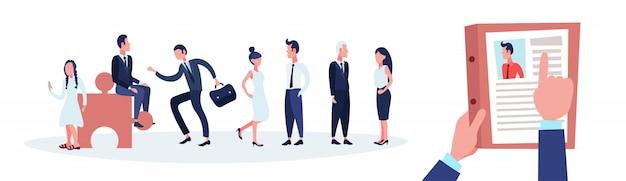 Hr hand houden cv cv van zakenman over groep mensen uit het bedrijfsleven kiezen kandidaat