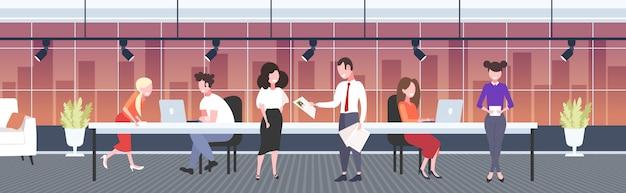 Hr manager analyseren hervatten zakenman luisteren vrouw werkgever tijdens sollicitatiegesprek curriculum vitae rekrutering vacature kandidaat concept modern kantoor interieur volledige lengte horizontaal