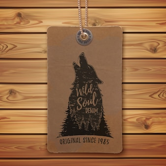 Huilende wolf in het bos. logo sjabloon op realistisch, vintage prijskaartje, kledinglabel en houten planken.