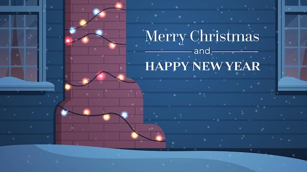 Huis gevel versierd met slingers voor nieuwjaar kerstvakantie viering concept wenskaart huis buitenkant horizontale vector illustratie