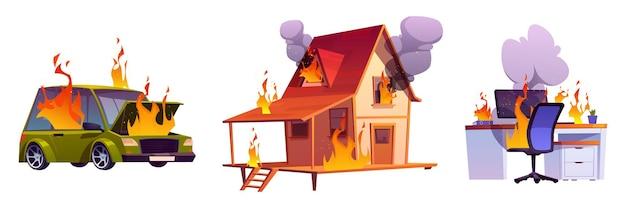 Huis in brand, brandende auto en computer op tafel met vlam en wolken van zwarte rook