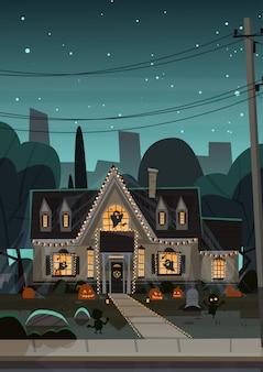 Huis ingericht voor halloween, vooraanzicht met verschillende pompoenen
