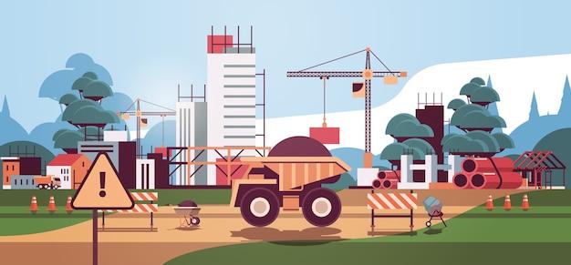 Huisbouw bouwtechniek concept kranen en vrachtwagens werken op de bouwplaats