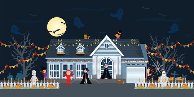 Huisvoorgevel voor halloween-nacht wordt verfraaid die.