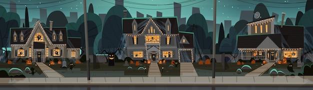 Huizen ingericht voor halloween, s vooraanzicht met verschillende pompoenen
