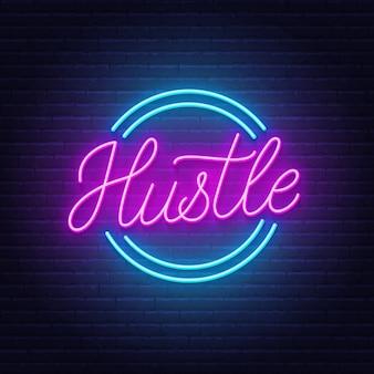 Hustle neon citaat op bakstenen muur achtergrond.