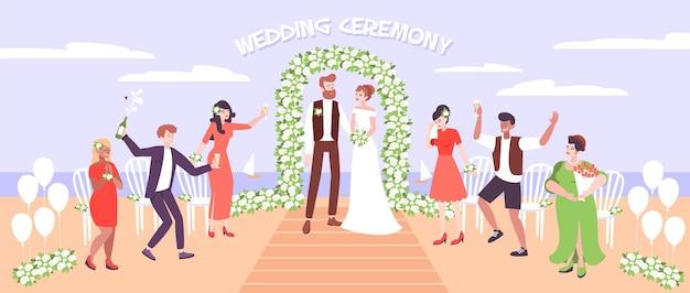Huwelijksceremonie op zee strand met net getrouwd stel onder huwelijksboog versierd met bloemen